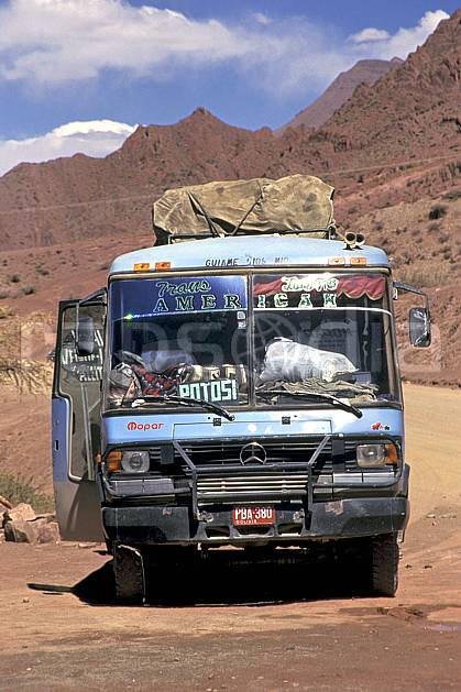 ef1229-02LE : Autobus.  Amérique du sud, Amérique Latine, Amérique, bus, ciel nuageux, piste, route, C02, C01 transport, voyage aventure (Bolivie).