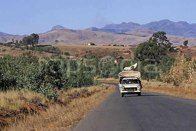 ef2240-09LE : Taxi brousse, RN 7.  Afrique, Afrique de l'est, ciel bleu, route, C02, C01 paysage, transport, voyage aventure (Madagascar).