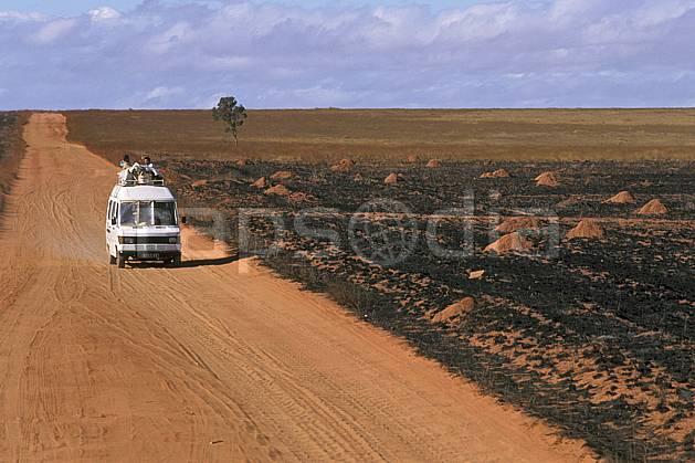 ef2249-29LE : Taxi brousse, RN 7.  Afrique, Afrique de l'est, bus, ciel nuageux, évasion, piste, route, C02, C01 désert, paysage, personnage, transport, voyage aventure (Madagascar).
