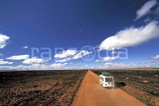 ef2249-37LE : RN 7 vers Toliara.  Afrique, Afrique de l'est, bus, ciel bleu, évasion, piste, route, C02, C01 désert, paysage, transport, voyage aventure (Madagascar).