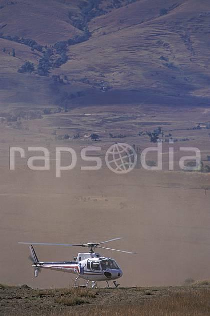 ef2250-37LE : Hélicoptère dans la vallée du Tsaranoro.  Afrique, Afrique de l'est, hélicoptère, C02, C01 paysage, transport, voyage aventure (Madagascar).