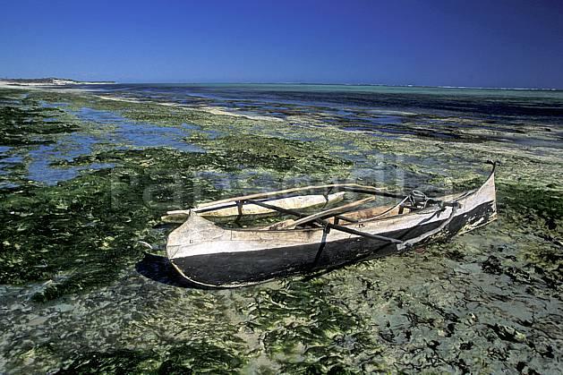 ef2262-03LE : Pirogue, Tsifota.  Afrique, Afrique de l'est, bateau, ciel bleu, folklore, C02, C01 patrimoine, transport, voyage aventure (Madagascar).