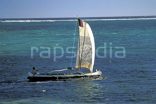 ef2262-32LE : Pirogue à voile, Tsifota.  Afrique, Afrique de l'est, bateau, littoral, ciel bleu, folklore, C02, C01 patrimoine, transport, voyage aventure, mer (Madagascar).