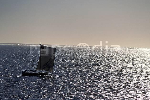 ef2262-33LE : Pirogue à voile, Tsifota.  Afrique, Afrique de l'est, bateau, littoral, ciel voilé, évasion, folklore, solitude, C02, C01 patrimoine, transport, voyage aventure, mer (Madagascar).