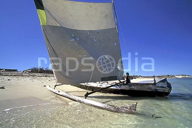 ef2263-35LE : Pirogue à voile, Tsifota.  Afrique, Afrique de l'est, bateau, ciel bleu, folklore, plage, C02, C01 patrimoine, personnage, transport, voyage aventure (Madagascar).