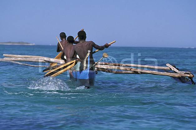 ef2264-18LE : Pirogue, Tsifota.  Afrique, Afrique de l'est, bateau, littoral, ciel bleu, folklore, C02, C01 groupe, mer, patrimoine, personnage, transport, voyage aventure (Madagascar).