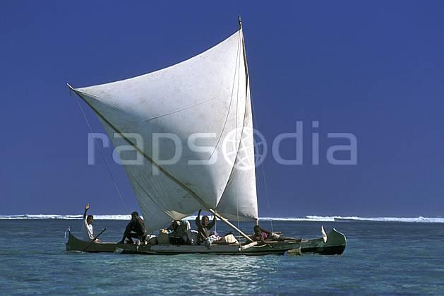 ef2264-36LE : Pirogue à voile, Tsifota.  Afrique, Afrique de l'est, bateau, littoral, ciel bleu, folklore, C02, C01 mer, patrimoine, personnage, transport, voyage aventure (Madagascar).