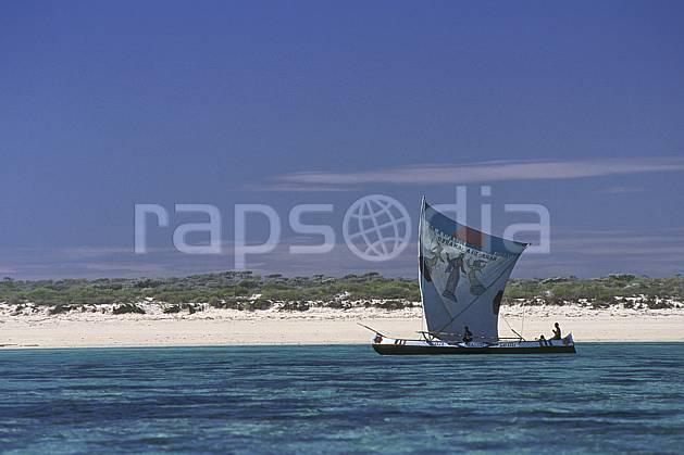 ef2265-01LE : Pirogue à voile, Tsifota.  Afrique, Afrique de l'est, bateau, littoral, ciel bleu, folklore, C02, C01 patrimoine, paysage, personnage, transport, voyage aventure, mer (Madagascar).
