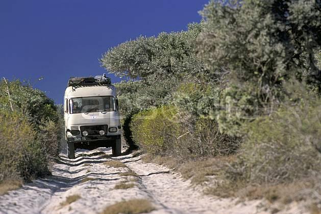 ef2266-13LE : Vieux TP3 4 x 4.  Afrique, Afrique de l'est, bus, camion, ciel bleu, piste, C02, C01 transport, voyage aventure (Madagascar).