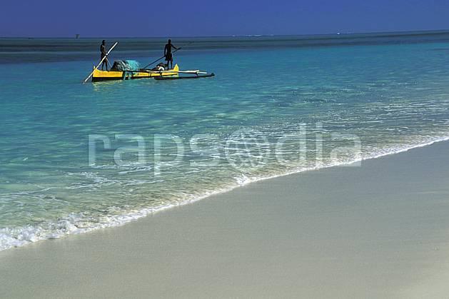 ef2267-05LE : Pêcheurs Vezo à pirogue.  Afrique, Afrique de l'est, bateau, littoral, ciel bleu, folklore, plage, C02, C01 mer, patrimoine, personnage, transport, voyage aventure (Madagascar).