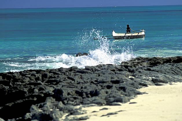 ef2267-12LE : Pêcheurs Vezo à pirogue.  Afrique, Afrique de l'est, bateau, littoral, folklore, plage, C02, C01 patrimoine, personnage, transport, voyage aventure, mer (Madagascar).