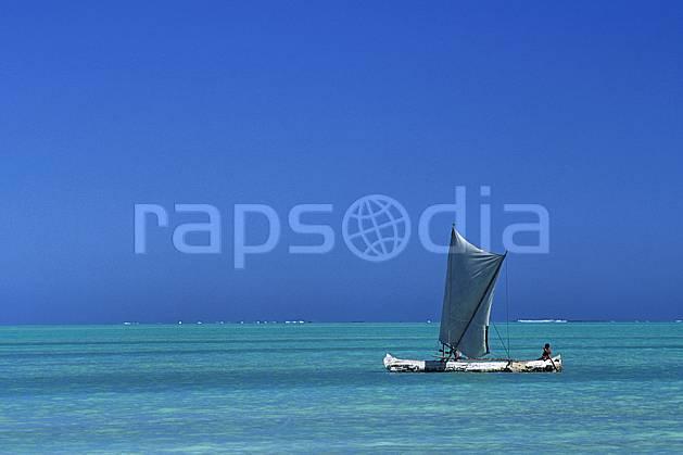 ef2267-26LE : Pêcheurs Vezo à pirogue.  Afrique, Afrique de l'est, bateau, littoral, ciel bleu, folklore, C02, C01 patrimoine, personnage, transport, voyage aventure, mer (Madagascar).