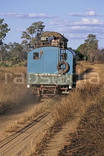 ef2269-32LE : Taxi-Be.  Afrique, Afrique de l'est, camion, ciel nuageux, piste, C02, C01 transport, voyage aventure (Madagascar).