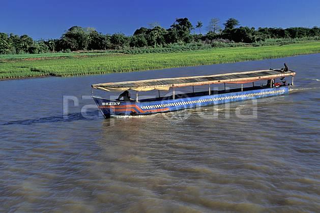 ef2270-15LE : Bac à Belo.  Afrique, Afrique de l'est, bateau, littoral, ciel bleu, C02, C01 transport, voyage aventure, mer (Madagascar).