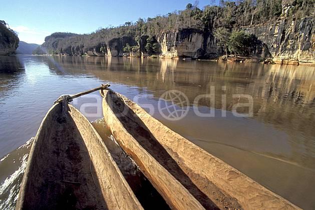 ef2275-26LE : Pirogue dans les Gorges du Manambolo.  Afrique, Afrique de l'est, barre rocheuse, bateau, ciel bleu, C02, C01 rivière, transport, voyage aventure (Madagascar).