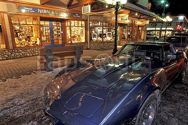 ef2360-08LE : Corvette, Ville de Banff, Alberta.  Amérique du nord, Amérique, nuit, route, voiture, C02, C01 environnement, transport, voyage aventure (Canada).