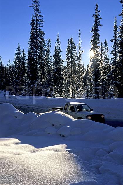 ef2373-34LE : Lake Louise, Alberta.  Amérique du nord, Amérique, ciel bleu, poudreuse, voiture, C02, C01 transport, voyage aventure (Canada).