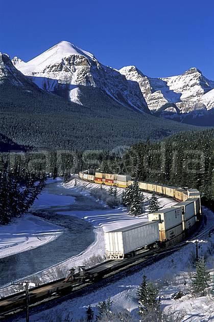 ef2375-12LE : Train de marchandises, Lake Louise, Alberta.  Amérique du nord, Amérique, ciel bleu, train, C02, C01 paysage, transport, voyage aventure (Canada).
