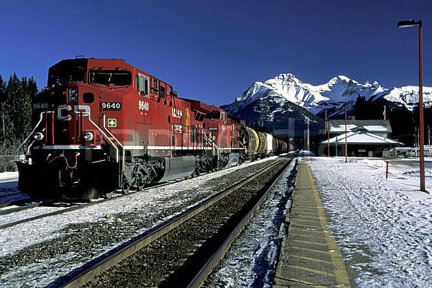 ef2375-27LE : Train, Banff, Alberta.  Amérique du nord, Amérique, ciel bleu, train, C02, C01 paysage, transport, voyage aventure (Canada).