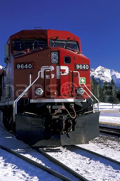 ef2375-28LE : Train, Banff, Alberta.  Amérique du nord, Amérique, ciel bleu, train, C02, C01 transport, voyage aventure (Canada).