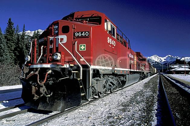 ef2375-29LE : Train, Banff, Alberta.  Amérique du nord, Amérique, ciel bleu, train, C02, C01 transport, voyage aventure (Canada).