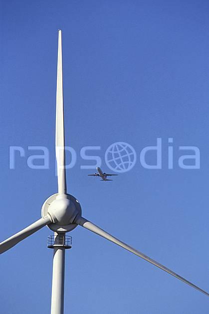 ef2667-29LE : Éolienne et avion, Tenerife, Iles Canaries.  Europe, CEE, avion, ciel bleu, éolienne, C02, C01 environnement, transport, voyage aventure (Canaries).