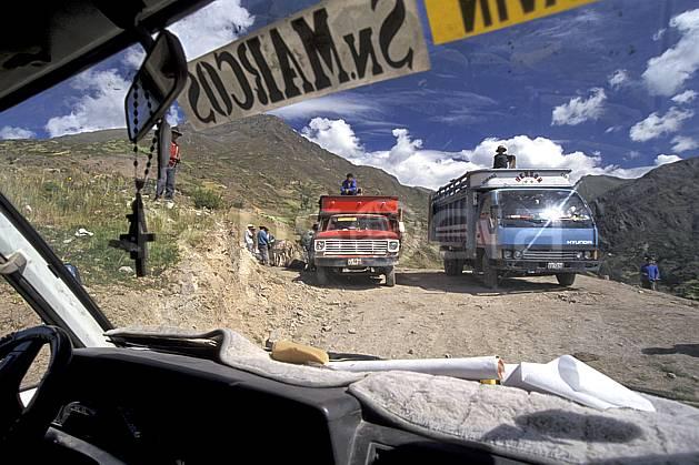 ef2714-23LE : Pérou, Au dessus de Huantar.  Amérique du sud, Amérique Latine, camion, ciel nuageux, piste, C02, C01 personnage, transport, voyage aventure (Pérou).