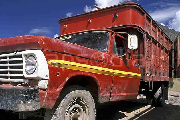 ef2714-26LE : Vieux camion.  Amérique du sud, Amérique Latine, camion, ciel nuageux, C02, C01 transport, voyage aventure (Pérou).