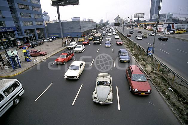 ef2734-21LE : Centre ville embouteillée, Lima.  Amérique du sud, Amérique Latine, chaos, ciel voilé, route, voiture, C02, C01 environnement, transport, voyage aventure (Pérou).