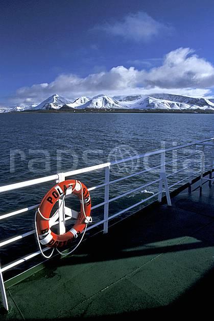 ef2757-25LE : Bouée de sauvetage, Svalbard, Ile du Spitzberg, Kongsfjorden (N-O).  Europe, CEE, bateau, littoral, brise glace, ciel bleu, C02, C01 paysage, transport, voyage aventure, mer (Norvège).