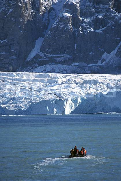 ef2758-19LE : Svalbard, Kongsfjorden, Glacier de Blomstrand.  Europe, CEE, banquise, bateau, littoral, zodiac, C02, C01 groupe, paysage, personnage, transport, voyage aventure, mer (Norvège).