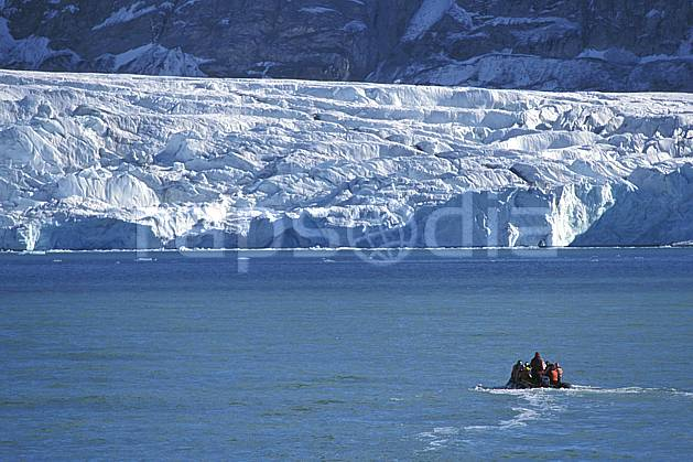 ef2758-20LE : Svalbard, Kongsfjorden, Glacier de Blomstrand.  Europe, CEE, banquise, bateau, littoral, zodiac, C02, C01 groupe, paysage, personnage, transport, voyage aventure, mer (Norvège).