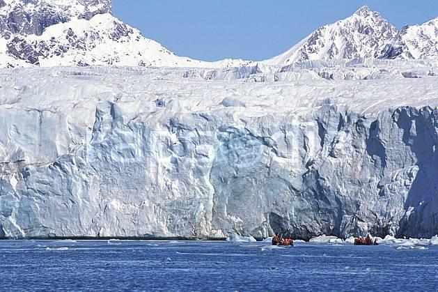 ef2760-08LE : Svalbard, Kongsfjorden, Glacier de Blomstrand.  Europe, CEE, audace, banquise, bateau, littoral, zodiac, C02, C01 groupe, paysage, personnage, transport, voyage aventure, mer (Norvège).