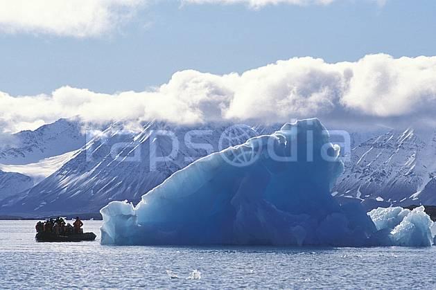 ef2760-09LE : Svalbard, Kongsfjorden, Glacier de Blomstrand.  Europe, CEE, bateau, littoral, ciel nuageux, iceberg, zodiac, C02, C01 groupe, paysage, personnage, transport, voyage aventure, mer (Norvège).
