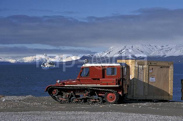 ef2762-25LE : Svalbard, Ny-Ålesund, Véhicule à chenillettes.  Europe, CEE, bateau, littoral, chenillette, ciel nuageux, C02, C01 paysage, transport, voyage aventure, mer (Norvège).
