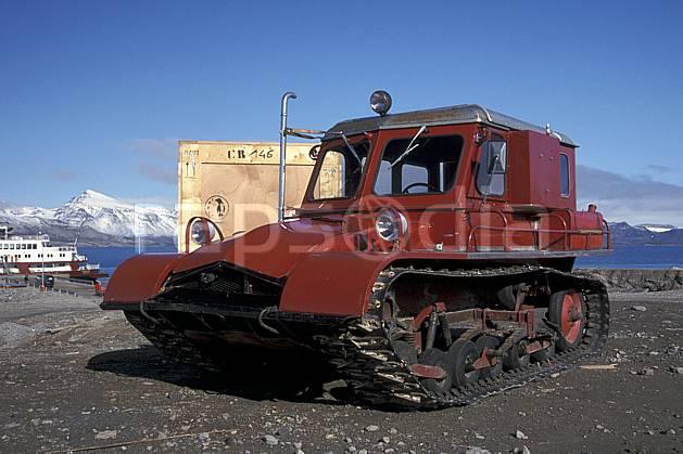 ef2762-26LE : Svalbard, Ny-Ålesund, Véhicule à chenillettes.  Europe, CEE, chenillette, ciel bleu, C02, C01 transport, voyage aventure (Norvège).