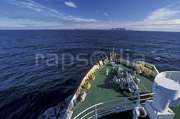 ef2766-10LE : Svalbard, A bord du Polar Star, Navigation vers l'île de PhippsØya (N).  Europe, CEE, bateau, brise glace, ciel nuageux, C02, C01 transport, voyage aventure, mer (Norvège).