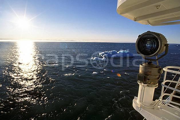 ef2771-20LE : Svalbard, Ile de Nordaustlandet côte sud, A bord du Polar Star.  Europe, CEE, bateau, brise glace, ciel bleu, iceberg, C02, C01 transport, voyage aventure, mer (Norvège).