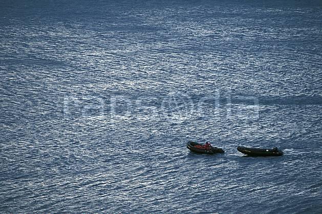 ef2784-31LE : Svalbard, Ile du Spitzberg, Zodiacs dans le fjord de Hornsund (S).  Europe, CEE, bateau, zodiac, C02, C01 groupe, mer, personnage, transport, voyage aventure (Norvège).