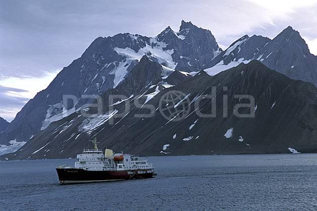 ef2788-18LE : Svalbard, Ile du Spitzberg, Le Polar Star dans le fjord de Hornsund (S).  Europe, CEE, bateau, littoral, brise glace, ciel nuageux, C02, C01 paysage, transport, voyage aventure, mer (Norvège).
