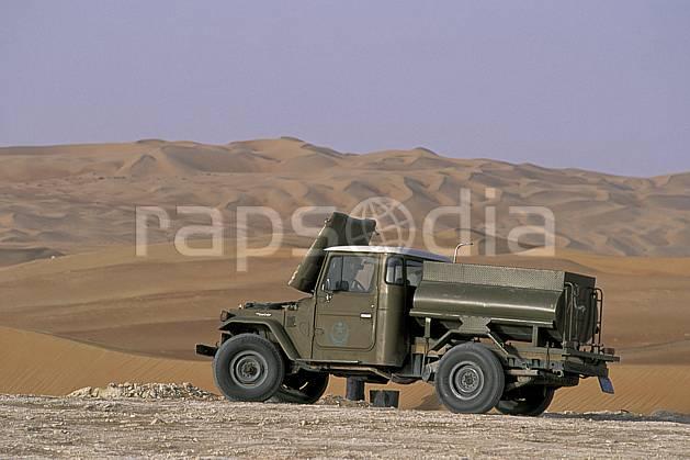 ef2836-13LE : Arabie Saoudite.  Afrique, Moyen Orient, camion, ciel voilé, C02, C01 désert, paysage, transport, voyage aventure (Arabie-Saoudite).
