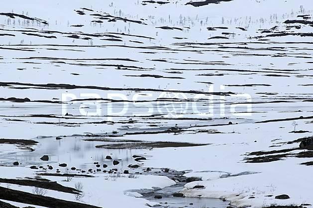fa054414LE : Ruisseau dans la neige.  Europe, CEE, C02, C01 rivière, textures et fonds (Norvège).