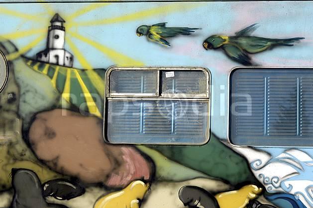 fa054560LE : Art mural sur un train, Bariloche, Patagonie.  Amérique du sud, Amérique Latine, Amérique, mur, immeuble, fresque, graffiti, C02, C01 environnement, habitation, voyage aventure (Argentine).