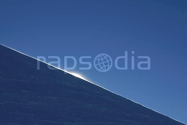 fa054869LE : Soleil rasant sur une piste de ski.  Amérique du sud, Amérique Latine, Amérique, station de ski, C02, C01 environnement, moyenne montagne, paysage, soleil, voyage aventure, textures et fonds (Argentine).