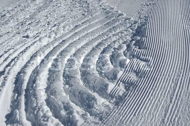 fa055009LE : Traces de dameuse sur les pistes.  Amérique du sud, Amérique Latine, Amérique, station de ski, trace, ratrack, piste, C02, C01 environnement, moyenne montagne, voyage aventure, textures et fonds (Argentine).
