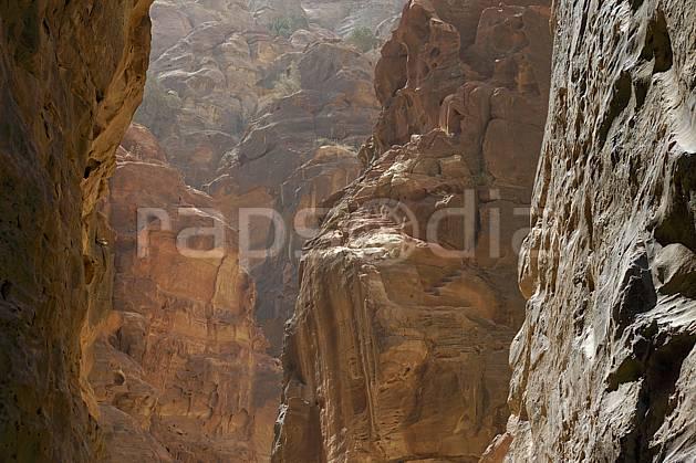 fa071007LE : Falaises de grès sculptées par l'érosion, Site de Petra.  Moyen Orient, canyon, falaise, géologie, C02 désert, gros plan, paysage, textures et fonds (Jordanie).