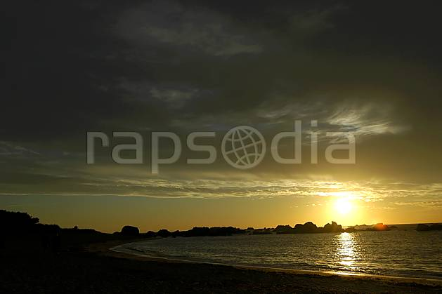 ha055223LE : Coucher de soleil, Finistère, Bretagne.  Europe, CEE, plage, C02, C01 mer, nuage, paysage, soleil (France).