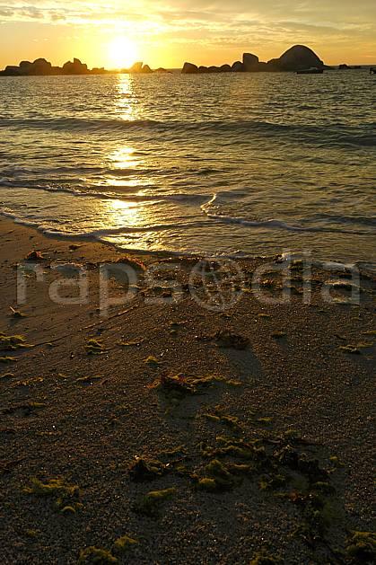 ha055225LE : Coucher de soleil, Finistère, Bretagne.  Europe, CEE, plage, C02, C01 mer, paysage, soleil (France).