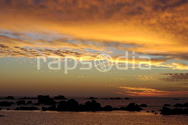 ha055229LE : Coucher de soleil, Finistère, Bretagne.  Europe, CEE, C02, C01 mer, nuage, paysage, soleil (France).