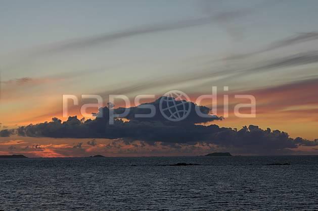 ha055461LE : Coucher de soleil, Finistère, Bretagne.  Europe, CEE, C02, C01 mer, nuage, paysage, soleil (France).